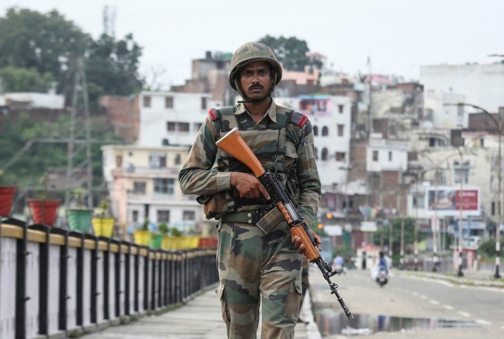 جندي باكستاني حاملاً سلاحه المصدر روسيا اليوم
