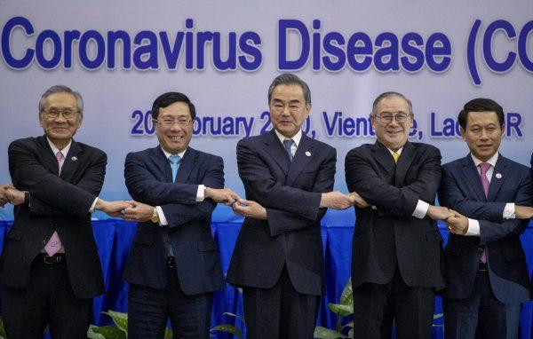 وزير الخارجية الصيني وانغ يي -في الوسط- يطرح صورة جماعية مع بعض وزراء خارجية رابطة دول جنوب شرق آسيا - فينتيان- لاوس 2020 كيوبوست